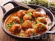 Рецепта Яхния от телешки кюфтенца с лук, хляб и ориз във винено-доматен сос